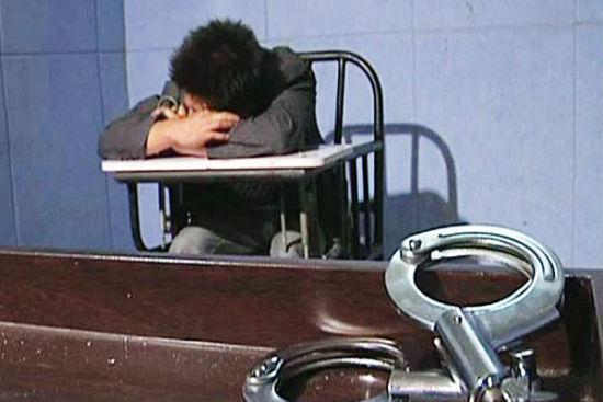 10月10日,双峰县公安局审讯室里,碾死民警的肇事者王昆事后痛哭流涕。视频截图