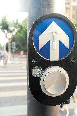 """杭州交通信号""""父子灯"""",在无人触碰按钮时保持机动车通行,有人触碰时信号灯显示为让行人通行。IC图"""