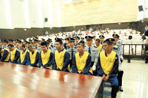 """昨日,长沙中院对马王堆""""菜霸""""案一审宣判,41名被告人领罪。 王力夫 摄"""