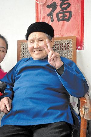 """田龙玉老人听到要给她照相,摆出了""""V""""字手势。 吴靖 摄"""