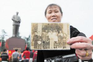 湘潭毛春华有一张1959年毛泽东回韶山时与亲友和乡邻的留影。对他们家来说,这张照片更是一段美好的亲情回忆。 张哲 摄