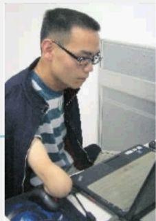 """多次求职碰壁后,没有双臂的湖南伢子刘利创办了自己的财务公司,被人称为长沙""""励志哥""""。见习记者 张明阳摄"""
