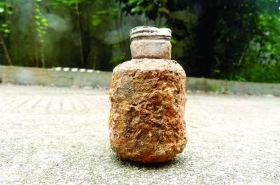 10月16日,湘乡市公安局,民警向记者展示挖到的日式手雷。图/通讯员彭林