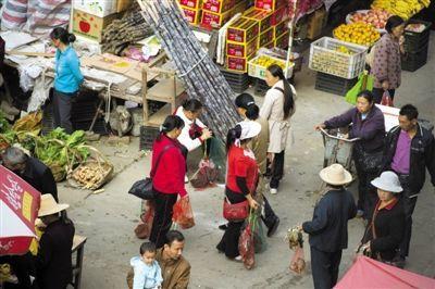 桂东县的市场里有许多人贩卖打死的候鸟。