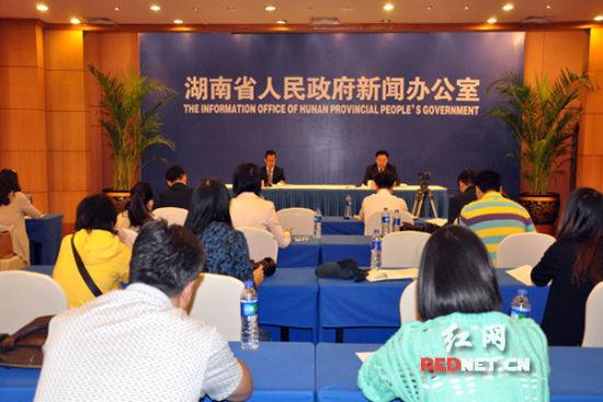 """(10月20日,湖南省迎接党的十八大""""科学发展 成就辉煌""""系列新闻发布会之全省人力资源和社会保障工作新闻发布会在长沙举行。)"""