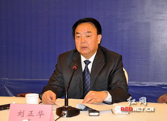 (湖南省人社厅党组副书记、副厅长刘正华发布新闻)