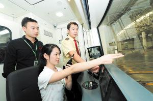 长沙未来的地铁女司机谢艳峰在广州地铁老师的指导下,认真学习驾驶中的细节和要点。特派记者 石祯专 摄