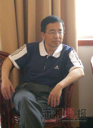 钟剑,祖籍萍乡,北京出生,长沙长大,身为机械工程师,却爱弄墨舞文。