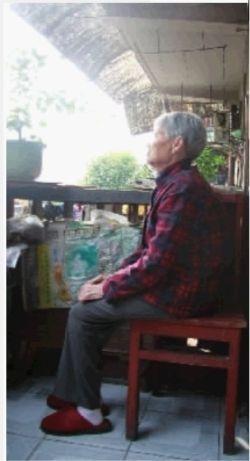 10月22日,长沙市树木岭社区,83岁的傅桂英孤坐阳台。