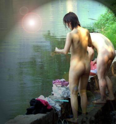 众少女裸浴大自然