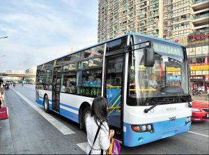 近两年长沙街头的高等级空调巴士比例明显提高,大大改善了市民的公交车乘坐环境。 陈飞 摄   记者 陈暄