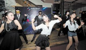 前晚,中国青年海归协会长沙分会万圣节派对上,帅哥美女们变身电影角色走上红毯,海归版《江南Style》更是High翻全场。 李锋 摄