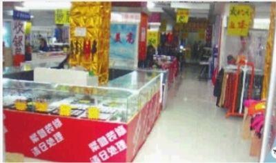 10月29日,湘潭市雨湖区人民路,华洋百货商场外车来车往,商场内却冷冷清清。 记者 刘晓波 摄