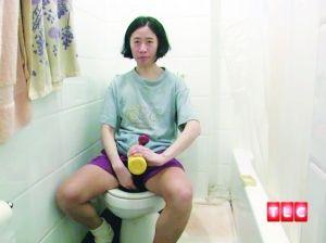 10年来凯上完厕所也不用卫生纸擦拭,就算是大便,她也只用稀释的肥皂水冲洗。