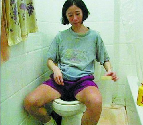 为了省钱凯特上厕所从不用卫生纸,只用肥皂洗洗,然后用水洗干净