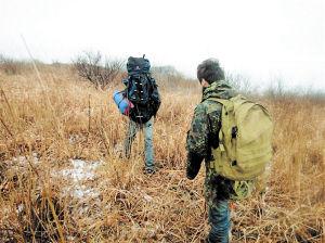 天寒地冻,张江杰带领员工在大围山上寻找监测点。