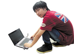 张江杰熟练地运用电脑操控着烟花无线电子点火技术系统。佘娟 摄