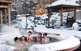 泡温泉,在国内现如今已不再奢侈,而成为一种平民化的放松方式。组图/资料图片