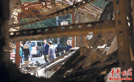 11月1日,长沙天心区麻园塘街化工机械场,一辆小汽车凌晨撞穿铺面引起大火,导致相邻7个门面都被烧毁。实习生 陈俊筱 记者 李丹 摄