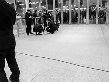 济南火车站的工作人员在捡散落的钞票 通讯员提供