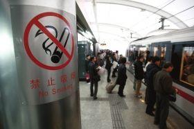 上海地铁站台贴着禁烟标志。图/IC