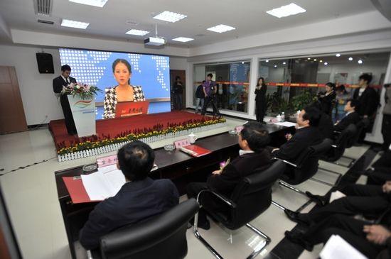 湖南省首届网络文化节在长沙湘江之滨的华声在线新址隆重开幕,图为视频直播连线,现场嘉宾与全球网游进行互动。