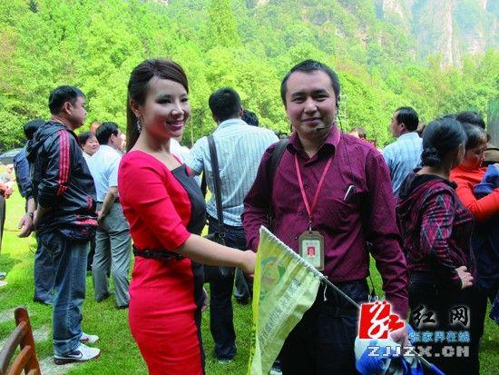 在MV拍摄中,刘赛受到了导游的热烈欢迎
