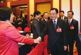 11月7日,中共中央政治局常委、中央纪委书记贺国强来到湖南代表团,亲切看望全体代表。 图/湖南日报记者张目