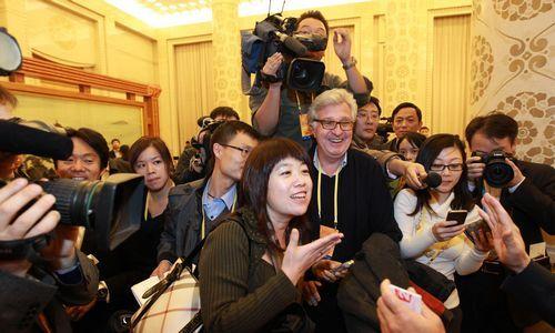中外媒体记者高度关注湖南代表团。 本报记者 张目 摄
