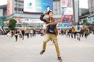 """欧文斌领舞""""江南style"""",一脸幸福。"""