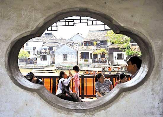 嘉兴市境内的西塘古镇,恬静如水,犹如置身如诗如画的梦境。  韩传号 摄