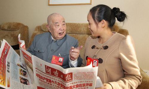 熊清泉、苏玲在一起探讨。记者 罗新国 摄