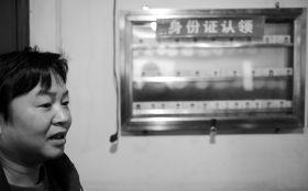 11月16日,八一桥兄弟网络会所,游老板在店内挂了一个特制的玻璃展示橱窗以方便失主寻找丢失的身份证。图/记者陈勇
