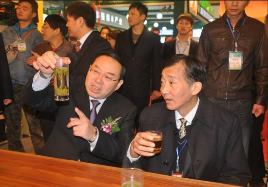 右为:国家农业部副部长陈晓华, 左为:中共湖南省委副书记梅克保