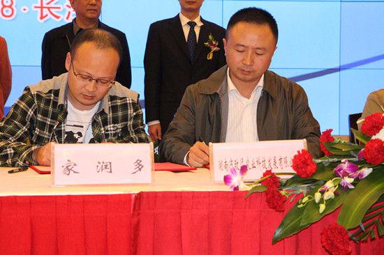 """图为:2012年11月18日,""""农校对接""""与""""农超对接""""签约仪式上企业代表与超市代表现场签约"""