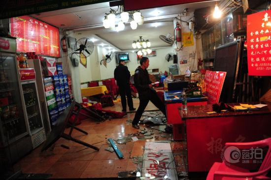 11月19日晚,岳麓区二里半附近,被车撞进的餐馆一片狼藉。图/记者辜鹏博
