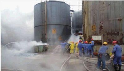 11月20日上午,中盐株洲化工集团硫酸厂一烟酸储存罐阀门出现漏点,致一名工人轻伤。经过紧急救援,漏点成功被堵。 目击者供图