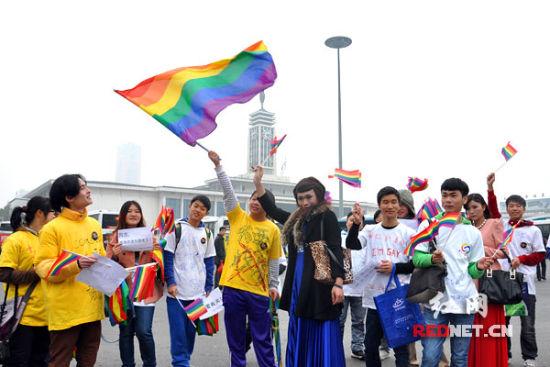 (11月24日下午,湖南同性恋者首次以聚集的方式宣告出柜,呼喊反歧视口号。)