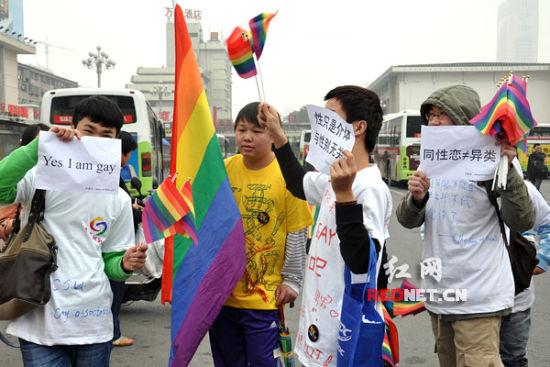(同性恋者打出各种反歧视的标语。)