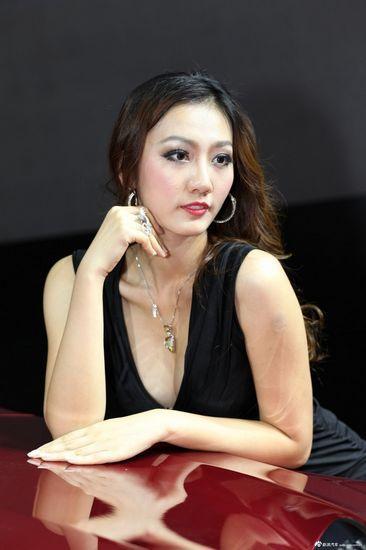 广州车展美胸车模美图