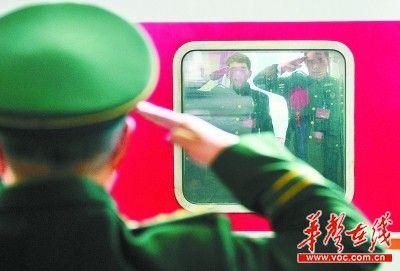 11月25日,长沙火车站,退伍老兵与战友告别。