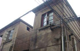 11月27日,从彭奶奶家窗户外可看到房内装着热水器。图/记者陈斌