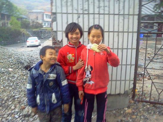 """小学生拿起营养餐中配送的面包说:""""不好吃。""""   刘希平 摄"""