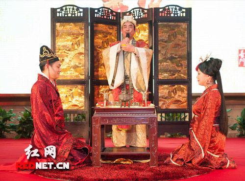 """(新人行""""同牢""""礼,是指新婚夫妇共食同一牲畜之肉。依据古代礼数,新人将依次食用豚、兔与鱼,并在每次食用前,都取出部分食物进行振祭等祭祀活动。)"""