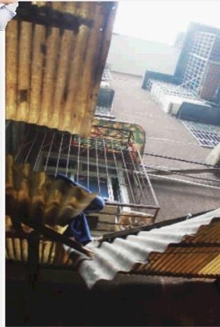 11月29日上午,长沙市雨花区赤岗小区一片9栋,一楼雨篷被砸坏。28日晚,5楼一女住户在此跳楼身亡。实习生 杨宗源 摄