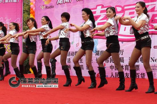 (12月2日下午,湖南首届社区文艺汇演《幸福秀出来》总决赛在长沙举行。图/潇湘晨报滚动新闻记者 夏盛)