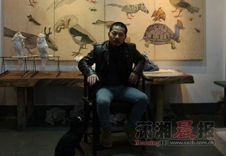 何玲,1981年生于益阳安化。致力于架上绘画、行为艺术、装置、雕塑、影像等当代艺术媒介的探索与研究。任湖南省油画学会副秘书长、湖南省青年美术家协会副秘书长。