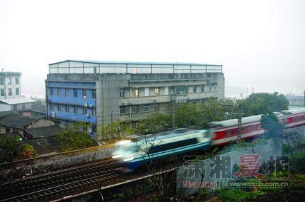 2012年11月30日,浏河村10号。在等待约一个小时后,17:25分,一列客车从浏阳河艺术区旁穿过。