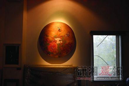 浏河村10号,B区三楼,何玲工作室,《反刍图》挂在靠近客厅窗户的墙上,窗外是京广线。