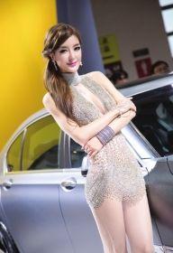 2012年北京车展上,李颖芝与她的钻石战裙。